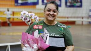 Professora recebe homenagem por 22 anos dedicados ao voleibol de Lucas do Rio Verde