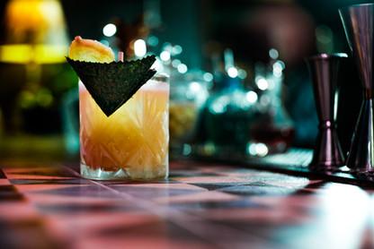 Asian Storm Whisky Dewars 12, zumo de lima, sirope casero de miel y soja, te lapsan y top de ginger beer