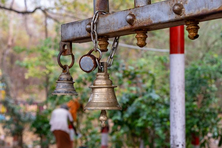 O toque do sino desperta os Deuses para receber o devoto.