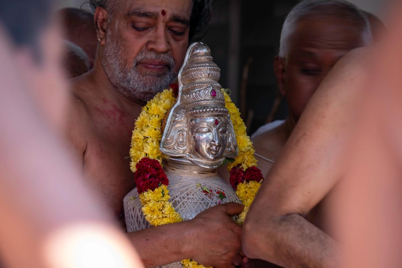 Acolhendo a imagem de Lorde Shiva