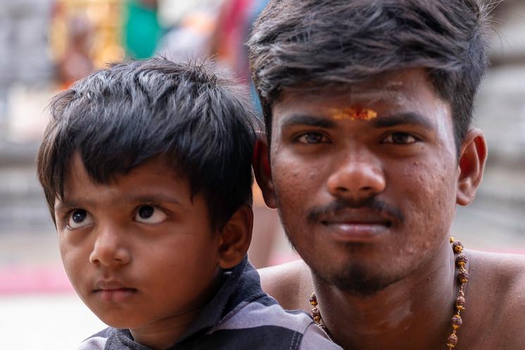 Pai e filho visitando o templo de Anamalai