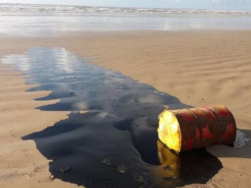 Manchas de óleo voltam a aparecer em praias da Bahia
