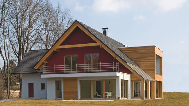 Villa in bioedilizia con parti intonacate e parti con legno a vista