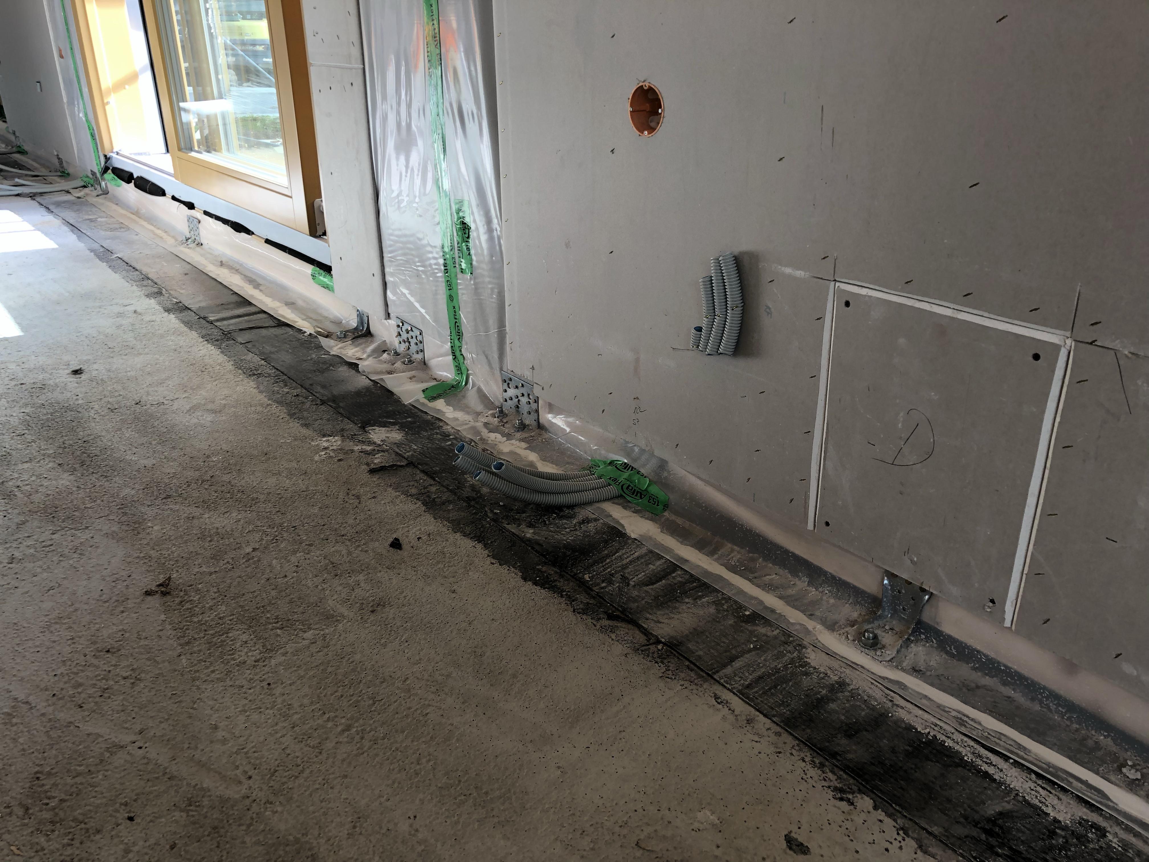 Dettaglio parete appena posata e fissata