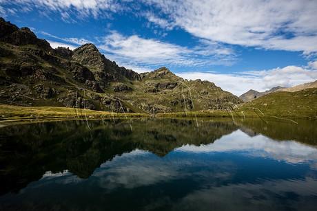 Reflets sur l'étang de Roumazet dans les Pyrénées