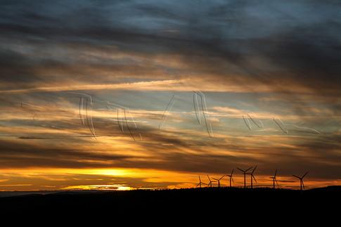 Coucher de soleil sur les éoliennes du massif de l'Espinouse