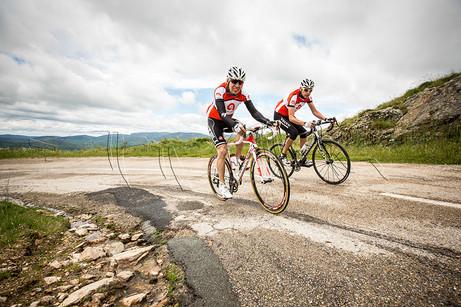 Coureurs cyclistes dans l'ascension du col du Layrac