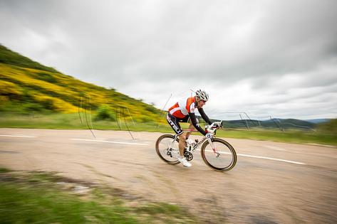 Cycliste en descente lors du stage Attractions Terrestres