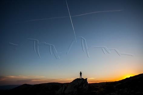 Silhouette sur ligne d'horizon au coucher du soleil