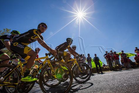 Coureurs cyclistes sous le soleil