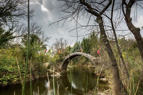 Coureurs sur pont Romain lors des foulées du Pic - Challenge du Pic St Loup