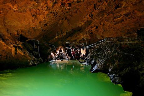 Spéléologue évoluant au dessus d'un lac de la grotte du Garrel