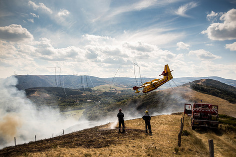 Pompiers et canadair lors d'un incendie