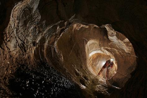 Spéléologue dans un puits de l'aven de la Dent de St Jean