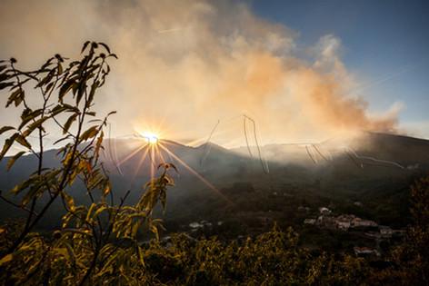 Incendie et coucher de soleil sur le massif de l'Espinouse