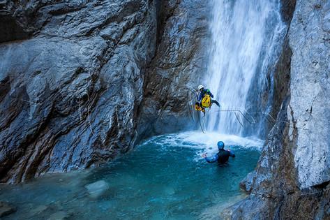 Descente sous l'eau dans une cascade du torrent de Pra Reboul