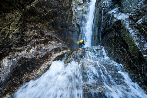 Descente en rappel dans le canyon du Rieutord