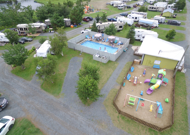 Terrain de jeux et piscine creusée