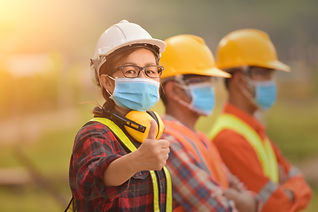 Femme pouce masque AdobeStock_351860327.