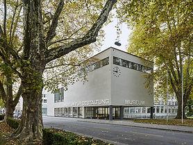 -wechselnde Ausstellungen -wichtige Sammlungen (Design, Grafik, dekorative Kunst und Plakatsammlung) -modernistisches Gebäude -Museums Café -Museumsladen