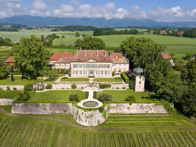 The gardens, thematic walks, sculpture park and the vineyard of Vullierens