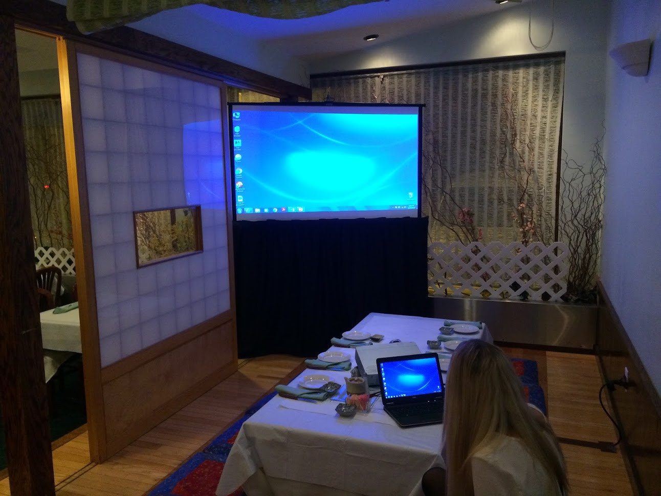 screen rental in restaurant