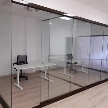 Oficinas con cerramiento seeglass run.jp