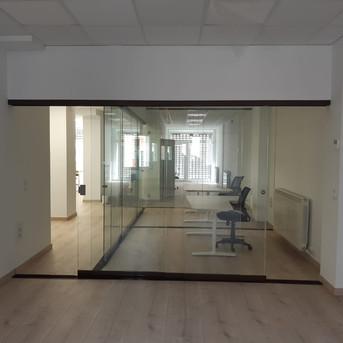 Oficinas con cerramiento seeglass run 2.