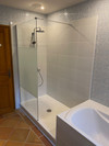 Spacieuse douche à l'italienne dans la salle de bain principale
