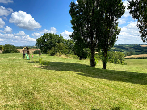 La pelouse et les jeux d'enfants