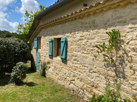 Le cottage et ses murs en pierre du pays