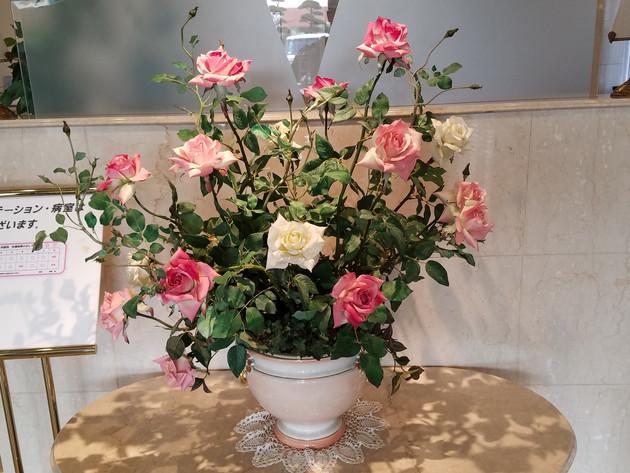 入り口花飾り3年2月.jpg