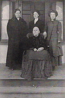 Mary Willis with daughters, circa 1910