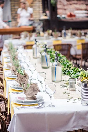 eingedeckter Hochzeitstisch im Vintage Stil