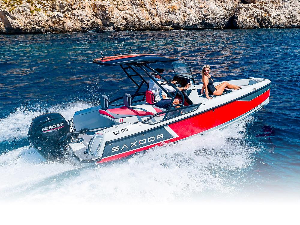 Motoscafo Saxdor 200 con due persone a bordo che solca le onde