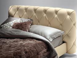 Кровать с мягким изголовьем Flar