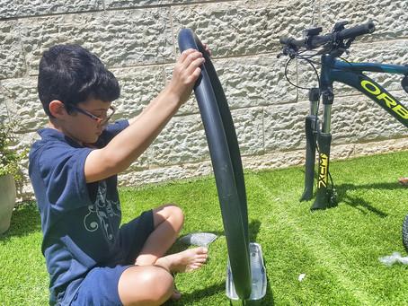 איך לתקן פנימית של אופניים עם מים וסבון?!