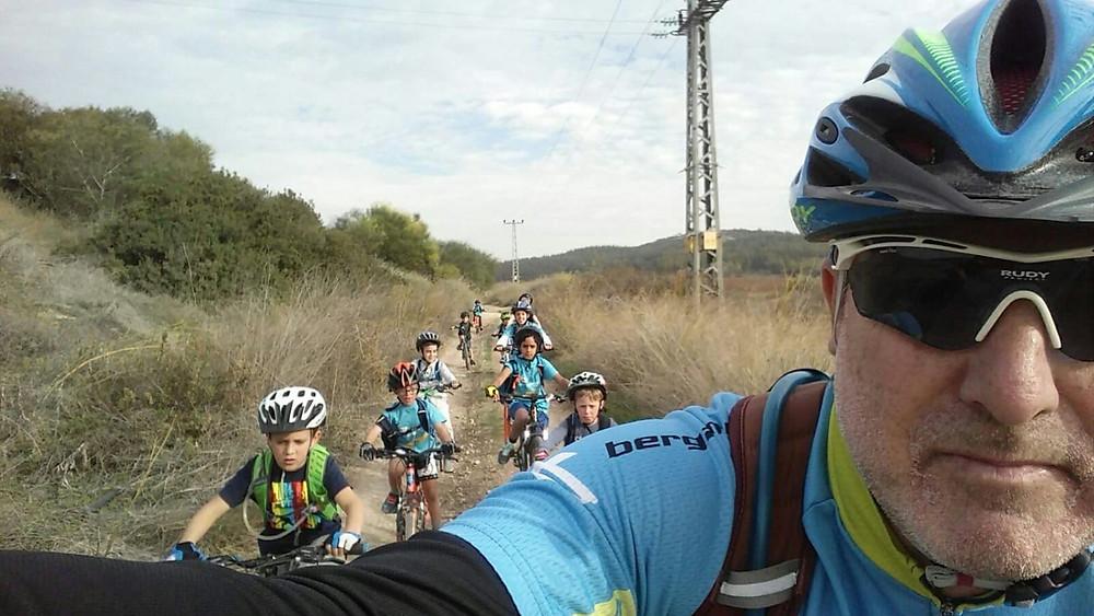 אבישר שטיינברג מדריך במחנה האופניים