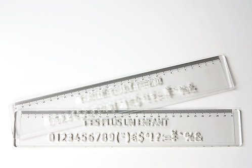 règle à lettre en plexiglas transparent