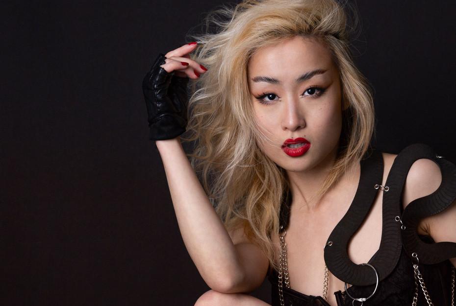 portrait photographer model red lipstick