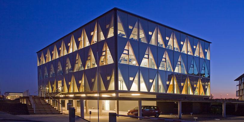 Kantoorgebouw Axians Utrecht | Eenvoudig sprankelend kantoorgebouw op een mooie maar lastige, krappe, trapeziumvormige lokatie.