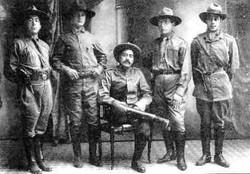 Ataliba Leonel (sentado)