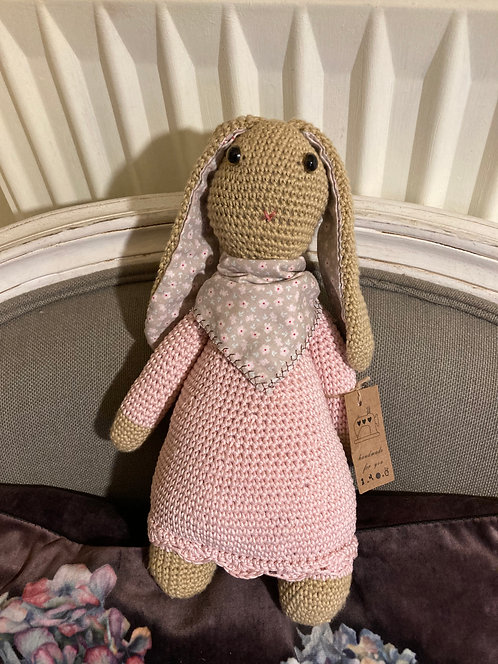 Lapin rose au crochet