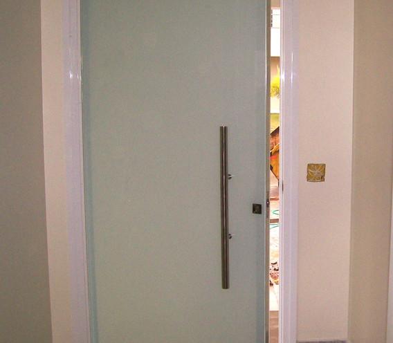 Porta-pivotante-vidro-duplo-serigrafado-