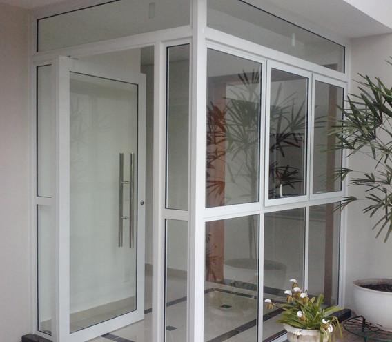 porta-pivotante-em-vidro-temperado-e-alu