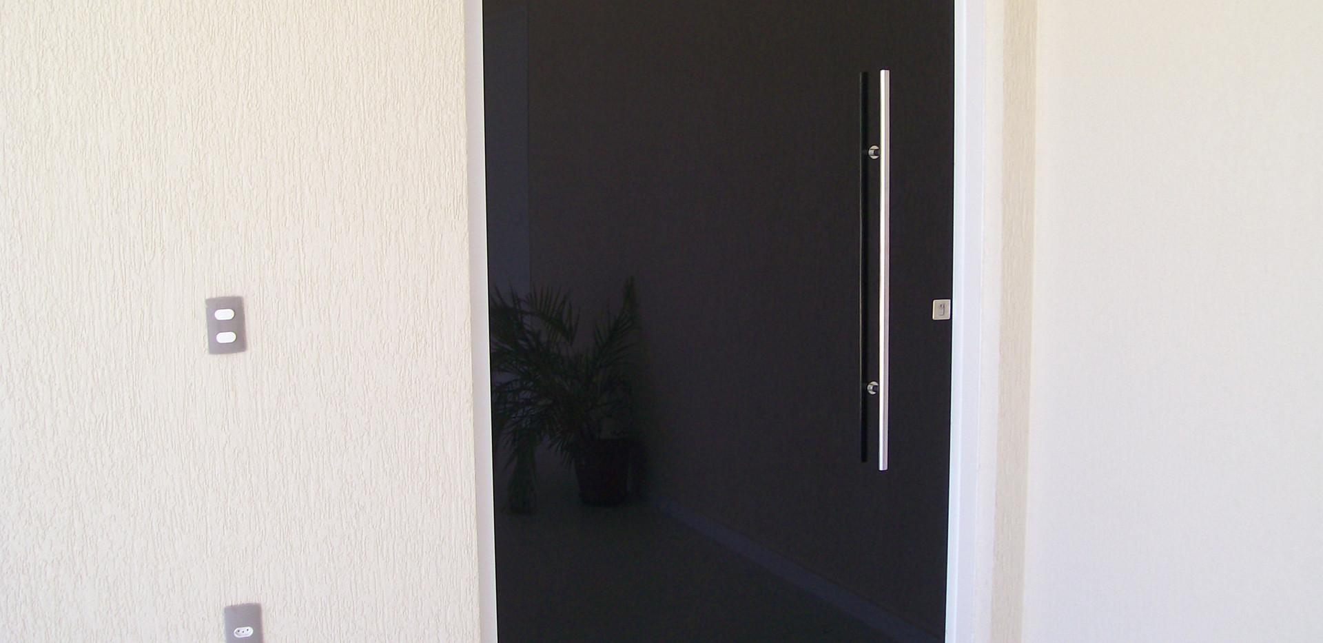 Porta-pivotante-para-entrada-principal-e