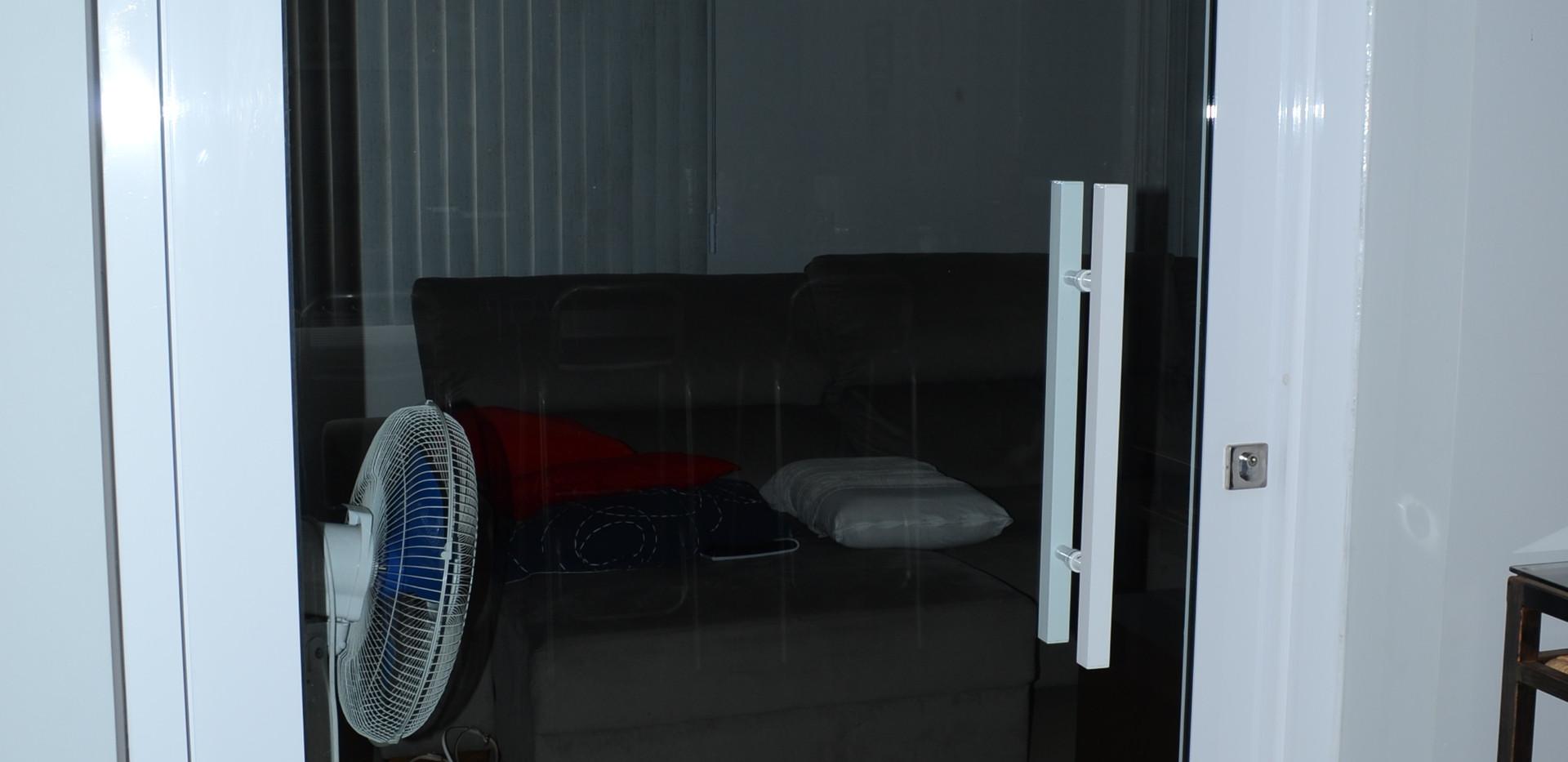 Porta-pivotante-vidro-incolor-e-alumínio