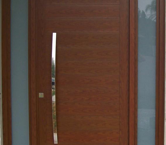 Porta-pivotante-em-alumínio-cor-madeira-