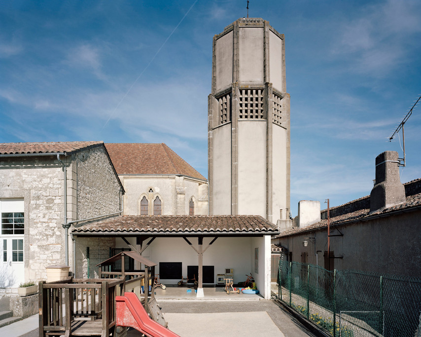 Cour de l'école maternelle et clocher château d'eau