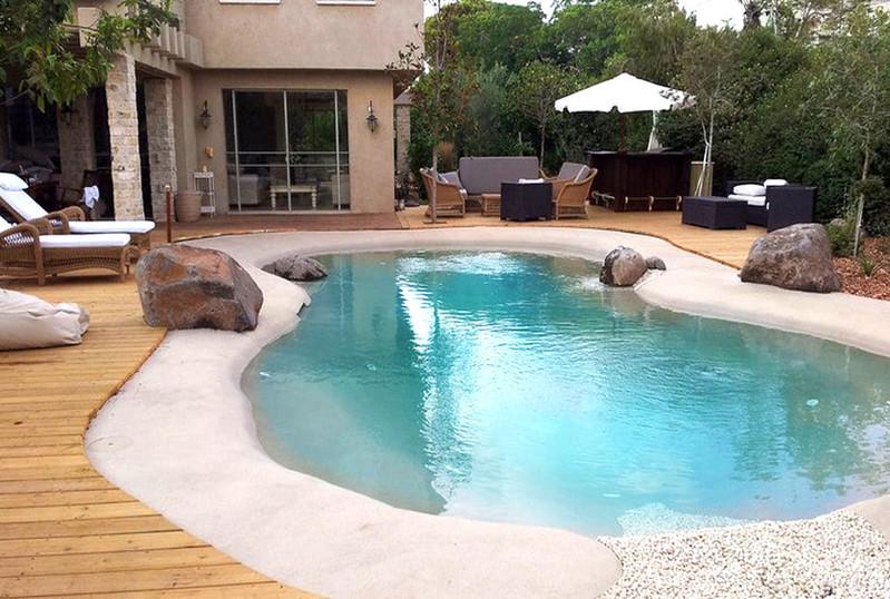 בריכת-שחייה-לחצר-מעוצבת.jpg